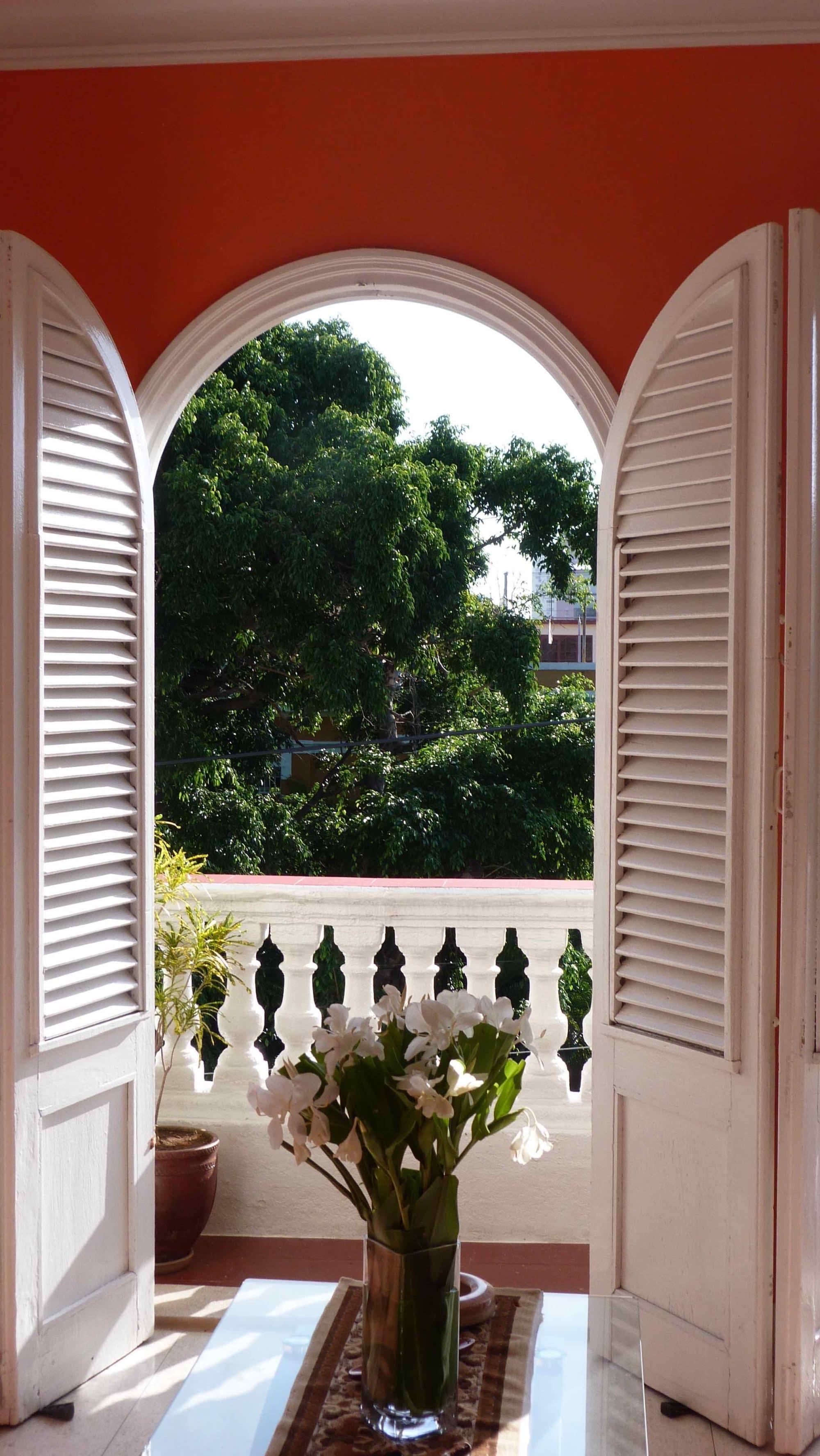 Una ventana y balcon